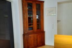 Eckschrank, Eiche massiv, Biedermeier, ca. 1830.   //  B = 122, T (Schenkellänge) = 80, H = 235 cm.  // EUR 5.900,-