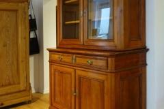 Aufsatzvitrine, zweiteilig, ca. 1860. Kirschbaum massiv. B = 131, T = 55, H = 203 cm. Verkaufspreis: EUR 5.900,-