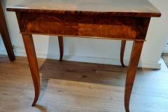 Tisch mit Schublade, Walnuss furniert, Biedermeier, ca. 1830.  //    B = 74, T = 68, H = 75 cm.   //   EUR 2.600,-